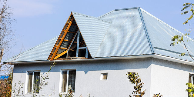 Modern metal roofing image by Vladimir Konstantinov (via Shutterstock).